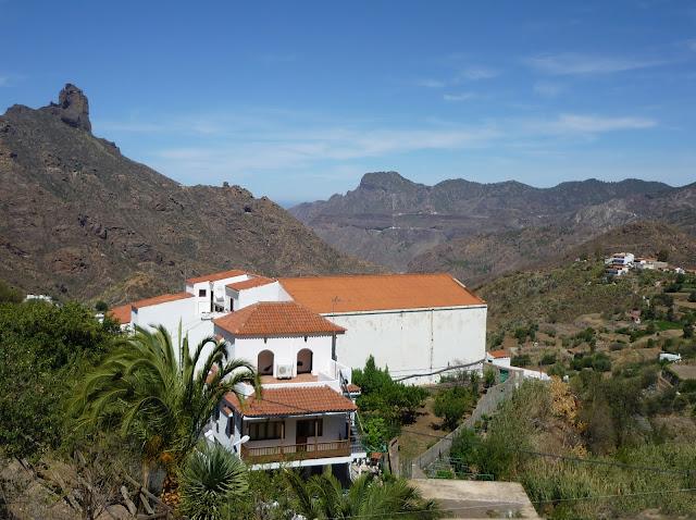 Haus in Tejeda mit Bergen im Hintergrund