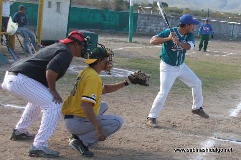 Marcos González de CNC en el softbol sabatino