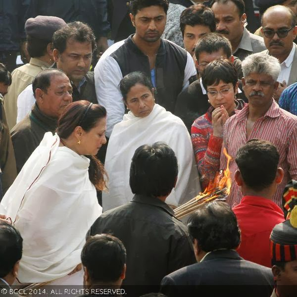 Moon Moon Sen performs the last rites as West Bengal chief minister Mamata Banerjee looks on, during Suchitra Sen's funeral, in Kolkata.