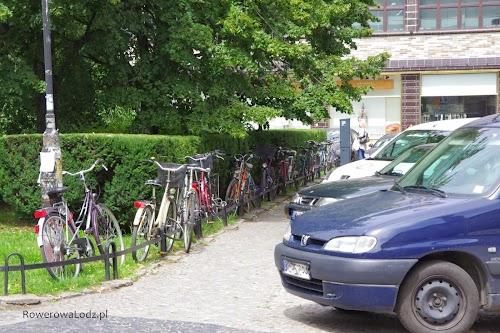 Jak widać, w pewnych miejscach brakuje stojaków na rowery