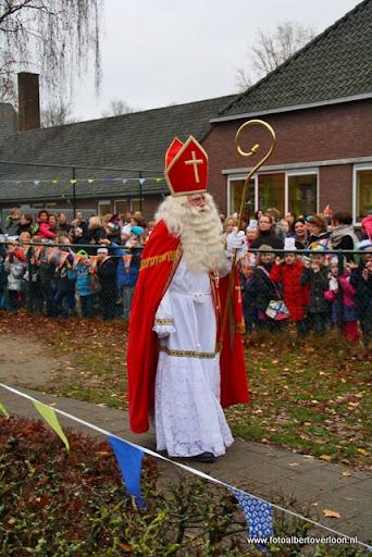 Sinterklaas komt aan bij Josefschool overloon 02-12-2011 (9).JPG