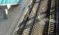 رجل يعبر سكة حديد القطار