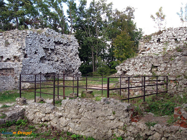 Zamek Smoleń Pilcza legendarna studnia