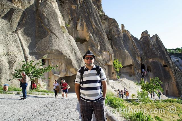 Kapadokya'daki Göreme açıkhava müzesi, kiliselerin önünde