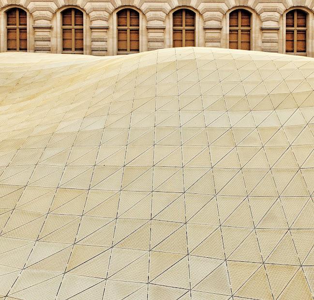 Beduin sátor? Lebegő aranyfátyol? Repülő szőnyeg? Bellini és Ricciotti különleges építménye sokféle képzetet kelthet Fotó: © 2012 Musée du Louvre, Antoine Mongodin
