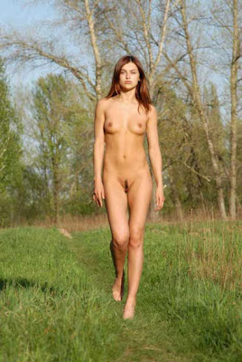 girl walking naked: