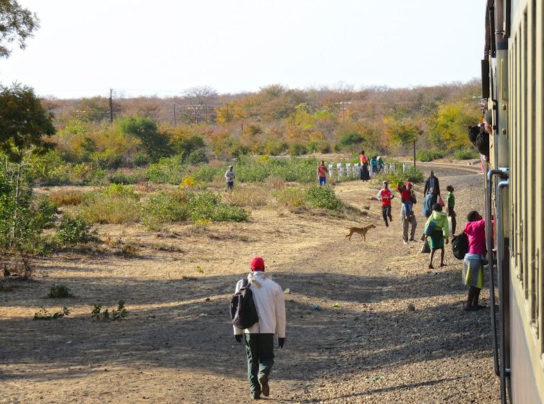 O COMBOIO MAIS LENTO DO MUNDO, uma experiência brutal em África | Zimbábue