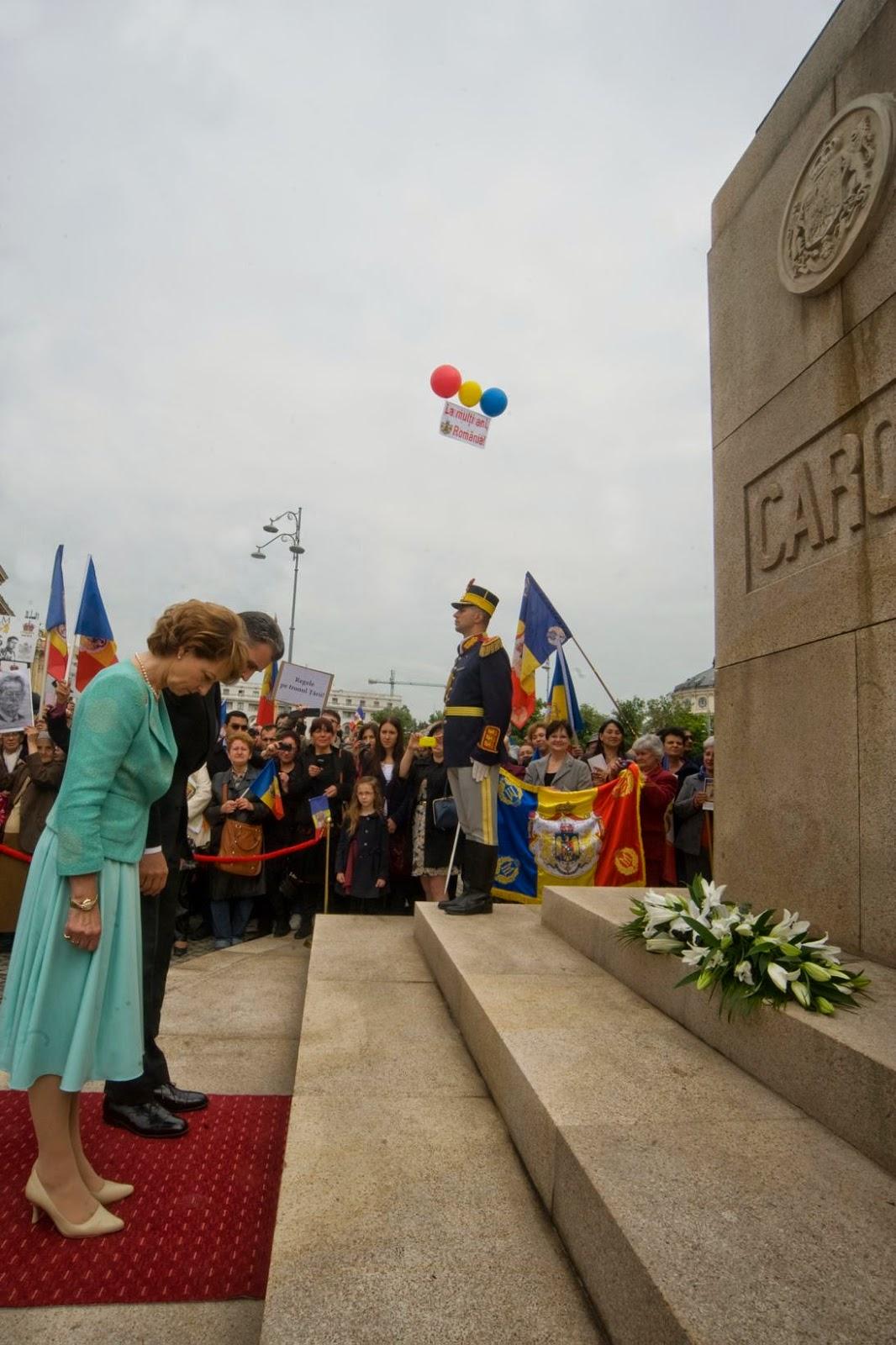 Familia Regală a depus flori la statuia Regelui Carol I al României