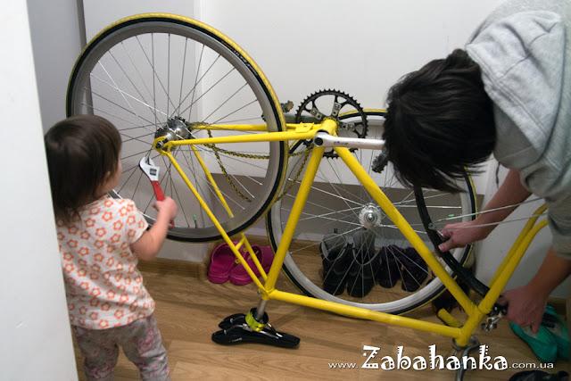 Допомагає таткові ремонтувати велосипед