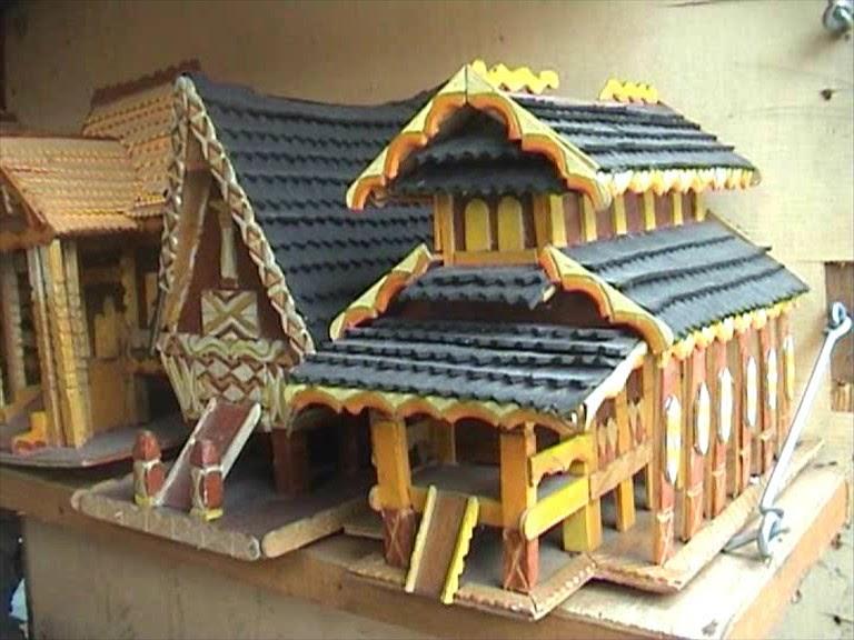Kerajinan Miniatur Rumah Adat dari Limbah Kayu