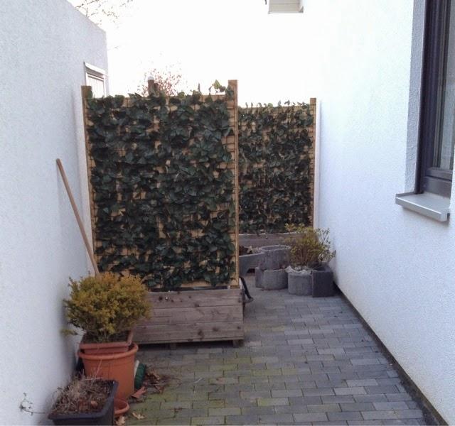 hanggarten sichtschutz zwischen haus und garage 2teil. Black Bedroom Furniture Sets. Home Design Ideas