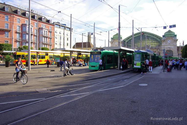 Modalny dworzec kolejowy w Bazylei. Rowerem można jeździć bez ograniczeń.