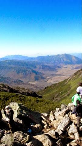 尾瀬ヶ原と至仏山を眺めつつワンゲル部っぽい子たちについていく