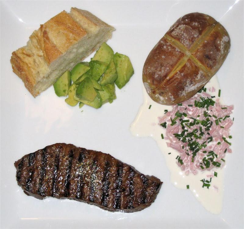 engelsk bøf med bagt kartoffel skinke fyld advocado og flutes
