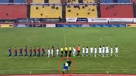 FAIL! A Russian cameraman goes splat, two teams burst out laughing