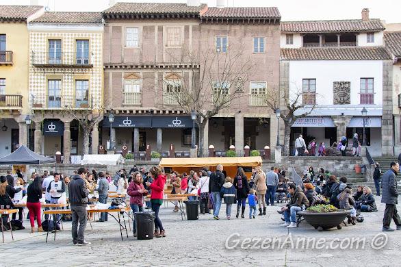 meydandaki gastronomi fuarında eğlenenler, Poble Espanyol Barselona