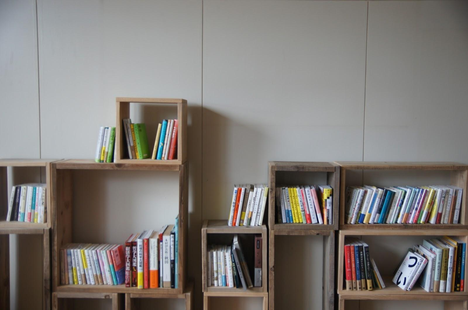 本棚に並んでいる  自動的に生成された説明