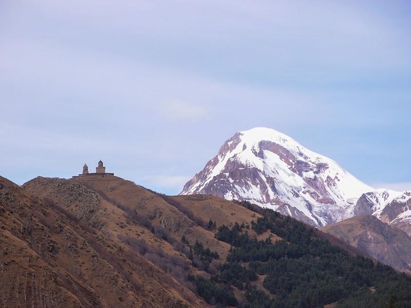 Гергетская церковь на фоне Казбека