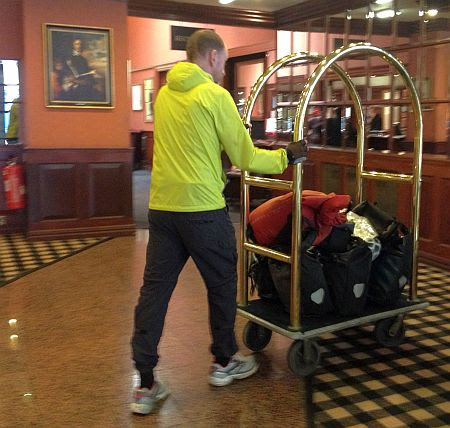 Chris schiebt das Fahrradgepäck zum Aufzug im University Arms Hotel, Cambridge