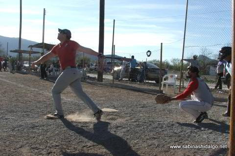 Zeus Ibarra de Ponchados en el softbol del Club Sertoma