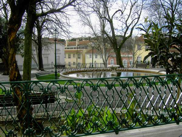 Смотровая площадка да Граса в Лиссабоне - фонтан