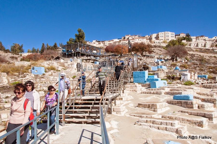 На древнем кладбище в Цфате. Экскурсия в Цфате. Гид в Израиле Светлана Фиалкова.