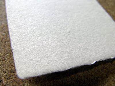 一枚漉きで手漉きの和紙名刺、紙表面のザラついた素材感が特徴的です