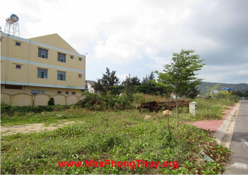 Phía nam của dự án và lô đất là sau nhà trẻ, và khu biệt thự bến đình