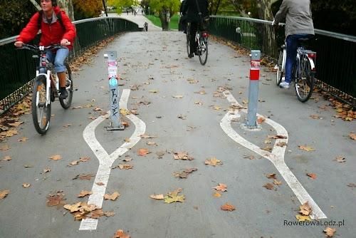 Kładki dla pieszych są również przystosowane dla rowerzystów i wyprofilowane tak, że bez problemu można pod nie podjechać.