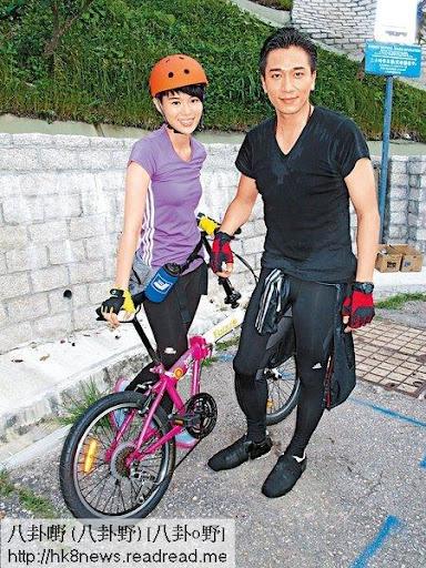 吳卓羲與胡杏兒等昨日於大浪灣拍攝新劇《衝上雲霄II》,劇情講述兩人參加「二人三足」的單車比賽