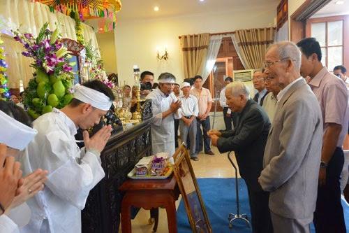Nhiều đồng chí lớn tuổi chờ đợi để vào viếng ông Nguyễn Bá Thanh từ rất sớm