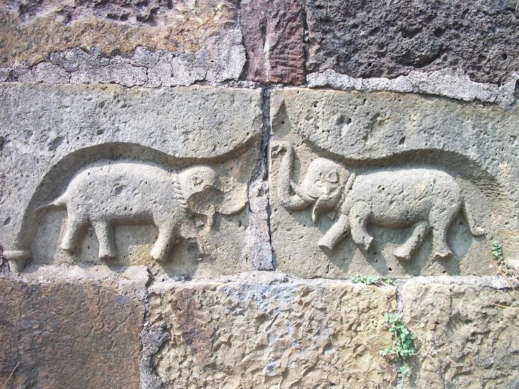 मराठ्यांच्या विजयाचे आणि गजलक्ष्मीचे प्रतिक म्हणून हे दोन हत्ती त्या पाषाणी दगडात कोरलेले आहेत