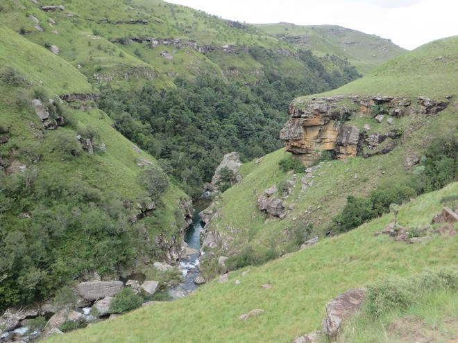 riviertje tussen de bergen, zuidelijke Drakensberg - Zuid Afrika