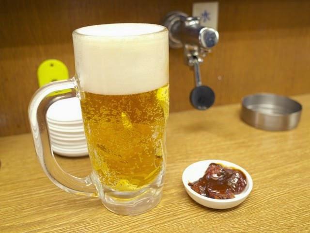 ビールと小皿のおつまみ「バクダン」