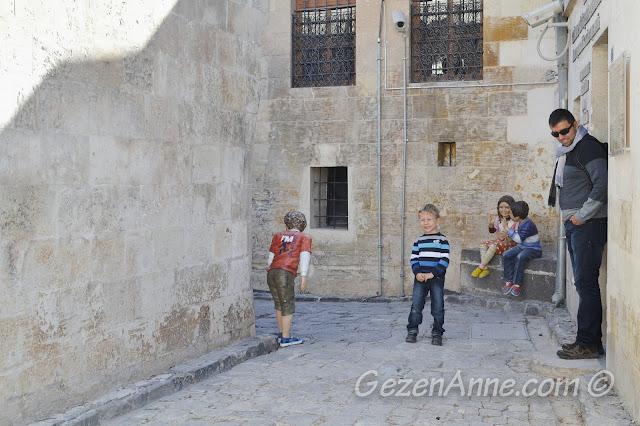 Gaziantep Oyuncak Müzesi önündeki çocuk heykelleri ile