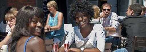 Bruselas Valonia: dos chicas en una terraza de una cafeteria llena de gente