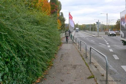 W Stuttgarcie częstym rozwiązaniem jest wpuszczanie rowerzystów na chodniki. Miasto ze względu na swoje położenie jest dość ciasne i wyznaczenia pasów rowerowych, czy budowa dróg dla rowerów mogłaby być trudna, dlatego władze o wiele chętniej niż w Polsce decydują się na takie rozwiązania (jednak tylko w przypadku, jeśli nie ma innego wyjścia).