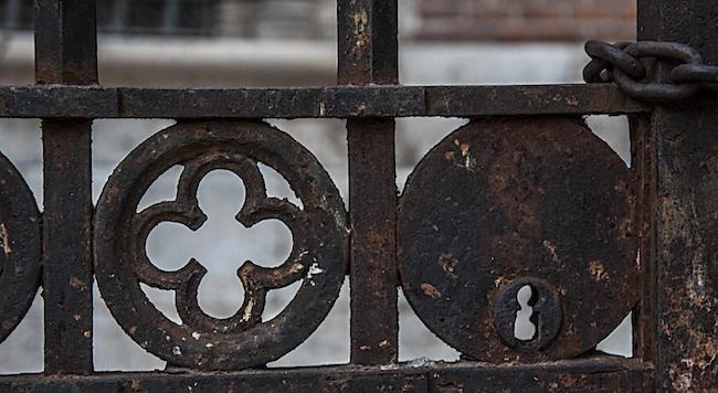 Cerradura y parte de la puerta de una reja antigua