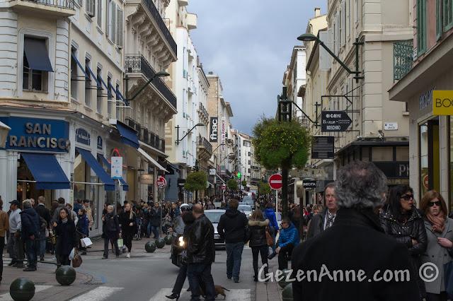 Cannes'daki alışveriş caddesi Antibes