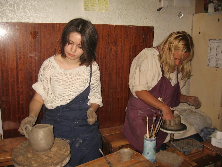 работают на ножном гончарном круге Оля и Лена