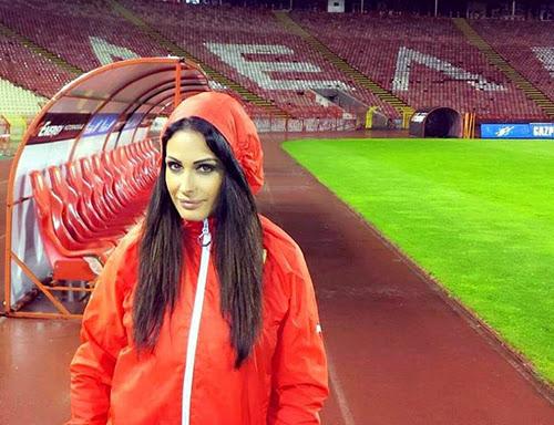 Nữ phóng viên bị mời khỏi sân vì quá quyến rũ