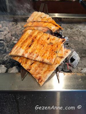 Adana'daki Kaburgacı Yaşar Usta'da kebap üstünde ısınan ekmekler
