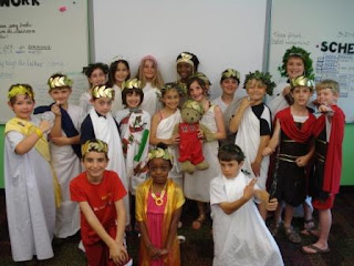class of children dressed up as Romans