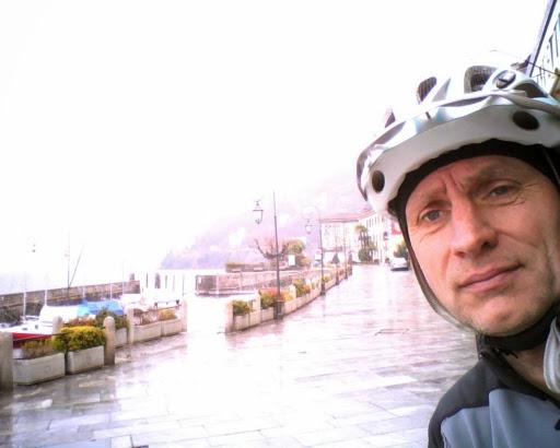 Chris mit Helm in Cannobio am Ufer des Lago Maggiore, Italien