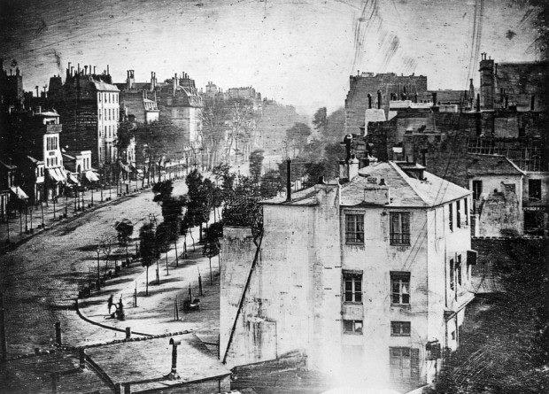 Na foto de Daguerre, tirada em 1838 usando a técnica do Daguerreótipo, há o congelamento de um momento histórico, quando as primeiras pessoas são registradas em uma fotografia.
