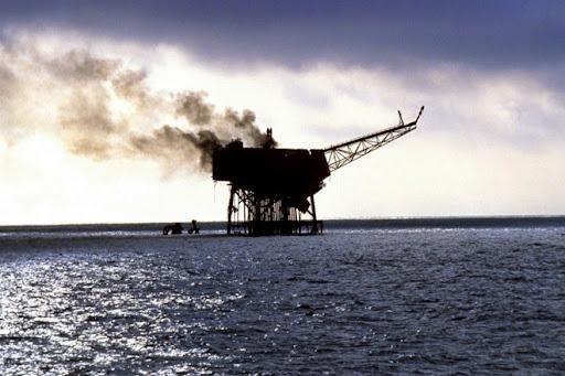 5. Piper Alpha Khu vực dàn khoan Piper Alpha ở Biển Bắc đã bốc cháy và phát nổ năm 1988, dẫn tới 167 người chết và 59 người bj thương. Dàn khoan này vốn hoạt động từ năm 1976, và đã có những lúc nó đứng ở vị trí số 1 trên thế giới, khai thác khoảng 317.000 thùng dầu mỗi ngày. Nguyên nhân của vụ tai nạn được cho là sự xuống cấp của hệ thống cơ sở vật chất, đặc biệt là sau vụ nổ nhỏ năm 1984, dẫn đến hàng trăm người phải sơ tán.