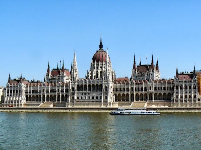 Luoghi da non perdere budapest palazzo del parlamento for Dove si riunisce il parlamento italiano