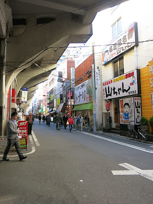 お店の前の浅草橋の通り。上にJRの高架が走ってる
