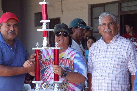 Entrega del trofeo al equipo subcampeón
