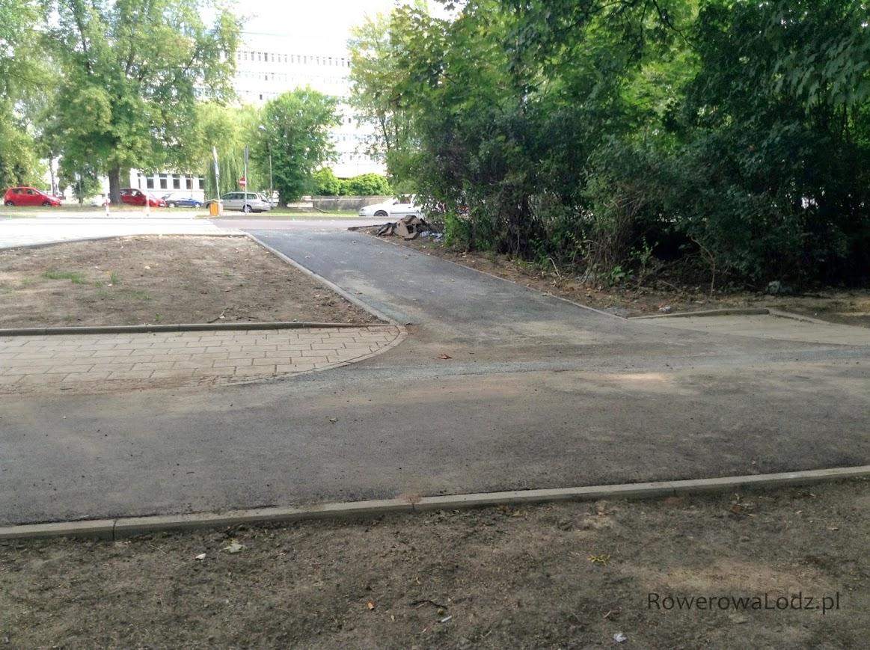 Skrzyżowanie na wysokości ul. Sanockiej (tu także przejazd przez ulicę)